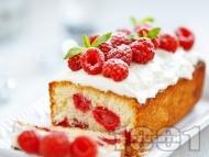 Рецепта Пухкав кекс / сладкиш с прясно мляко, малини и глазура от крема сирене, бита сметана и пудра захар